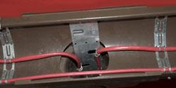 Кріплення кабелю у водостічній трубі на подвійній монтажній стрічці