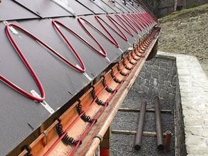 Прокладений нагрівальний кабель у жолобі та на карнизі даху