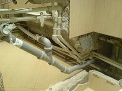 Змонтований водопровід із поліпропіленових труб і каналізація з труб ПВХ